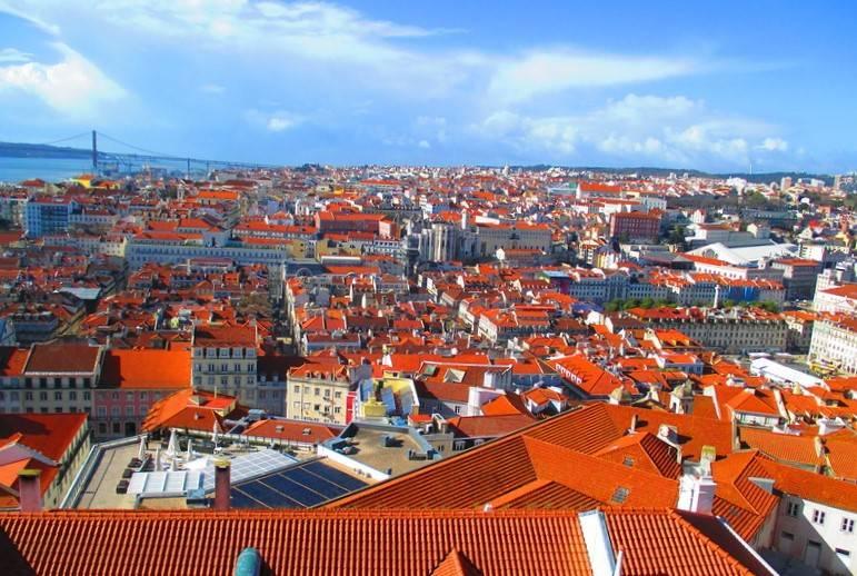 Португалия Черепичные крыши Лиссабона